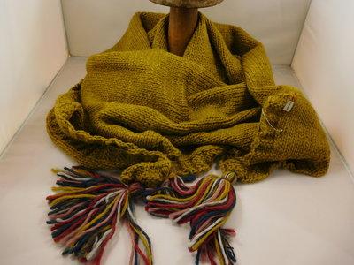 Bedacht gebreide 3hoek sjaal / oker