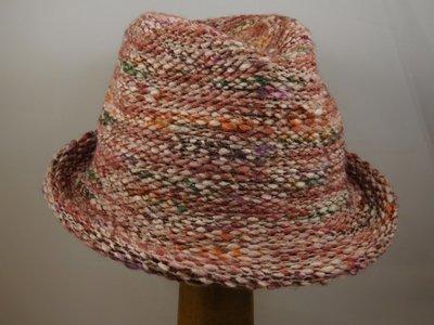 Bedacht trilby hoedje gebreid multi roze
