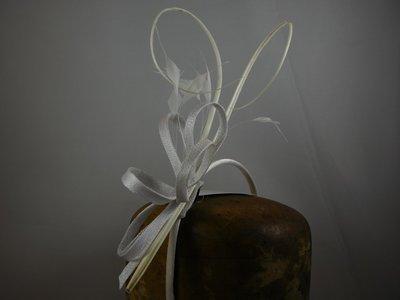 Fischer Haarversiering op diadeem - sinamay krullen pennen - Wit