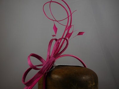 Fischer Haarversiering op diadeem - sinamay krullen pennen - Magenta
