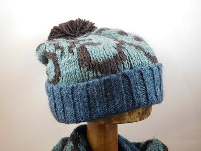 Bedacht Muts met pompom bruin blauw